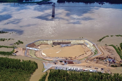 High water in the Ohio River in May 2011 slowed construction of the cofferdam needed to dewater the site for installation of the 72-MW powerhouse at Smithland Locks and Dam.